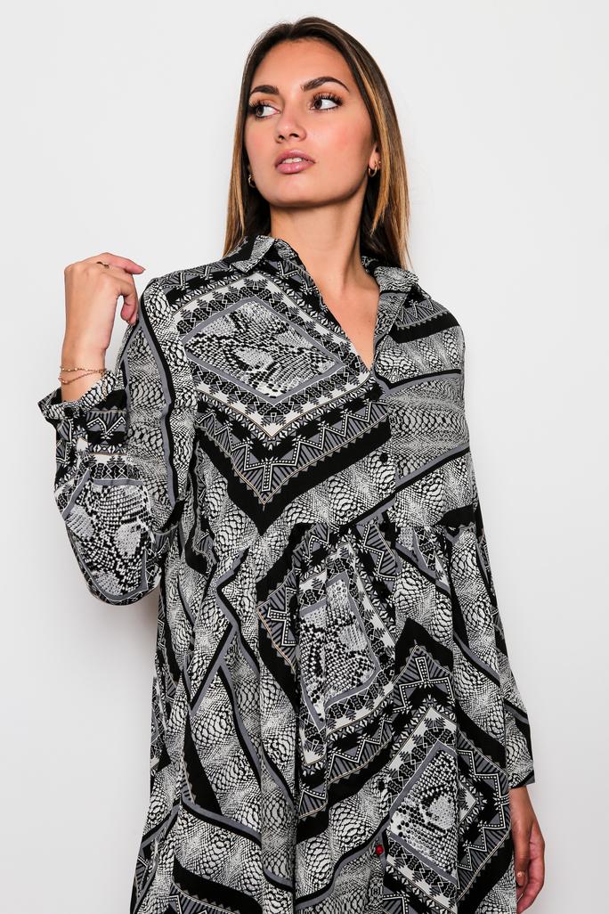 Robe noire et mosaïque
